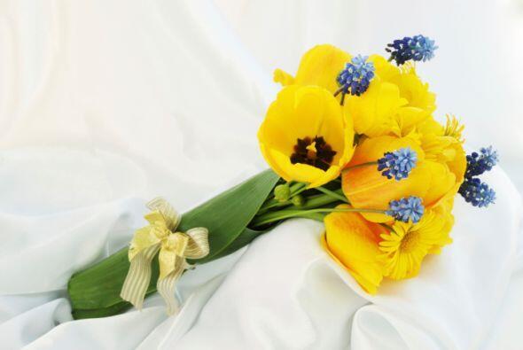en el ramo también puedes llevar grandes flores amarillas. Si dec...