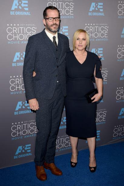 Eric White muy sonriente al lado de Patricia Arquette, quien luce con ba...