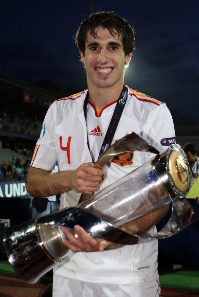 Javi Martínez levanta el trofeo del Sub 21 luego que Españ...