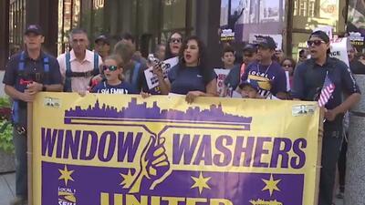 Limpiadores de ventanas de rascacielos marchan en Chicago para pedir mejores salarios