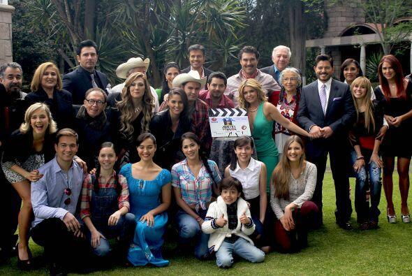 """El elenco de la telenovela """"Amores Con Trampa"""", producción de Emilio Lar..."""