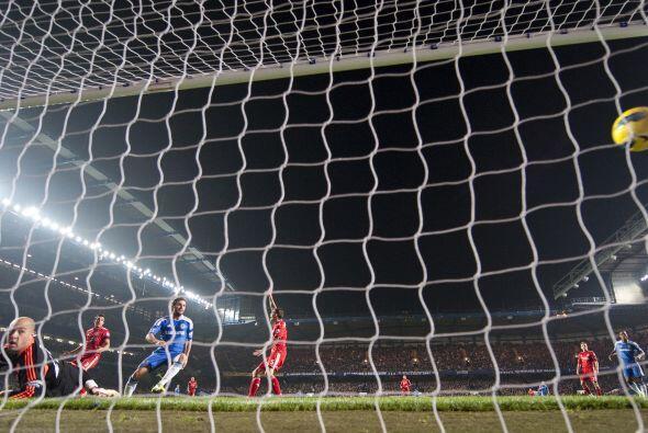 El lateral se metió al fondo del área grande rival y fusiló al Cech.