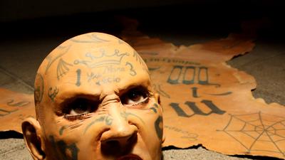 Este artista lanza una crítica con sus tapetes de pandilleros de la Mara Salvatrucha