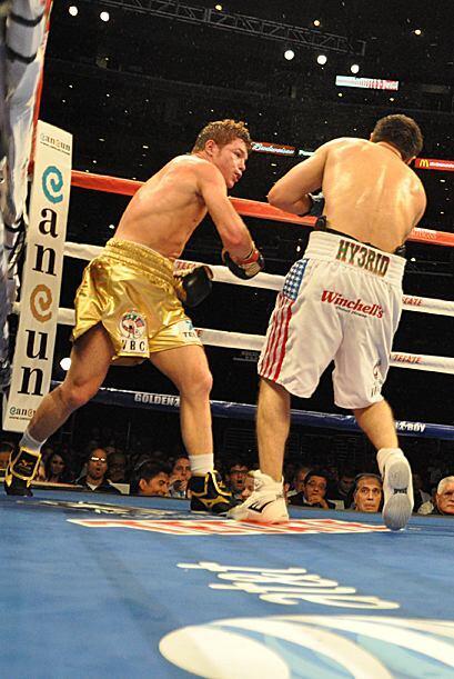 Sale más convencido Saúl Alvarez. En este round lanza más golpes y pone...