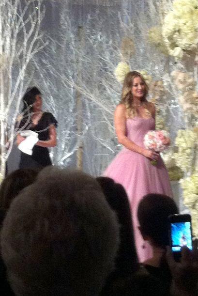 Lució un hermoso vestido rosa. Mira aquí los videos más chismosos.