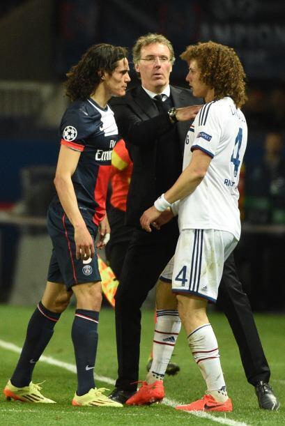 Aquí el entrenador de PSG Laurent Blanc calmando a Edinson Cavani, quien...