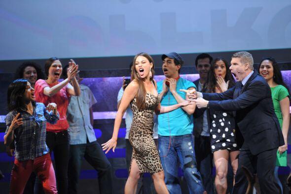 Aprovechó y bailó con el Presidente de Ventas y Mercadeo de Univision, D...