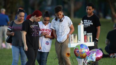Un grupo de estudiantes en una de las cruces que recuerdan a las víctima...