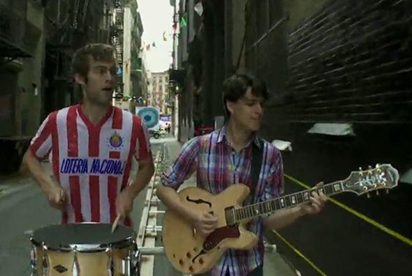 La camiseta de las Chivas ha sido la más utilizada por famosos, aquí vem...