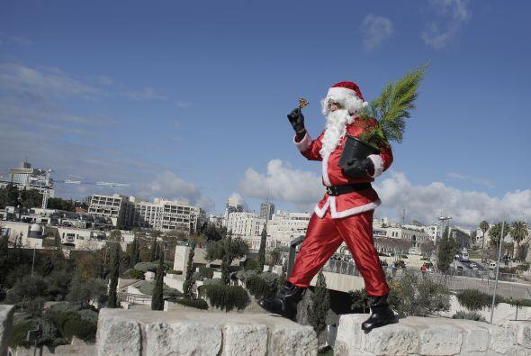 En Jerusalén repartió árboles de navidad para que su mensaje de amor y p...