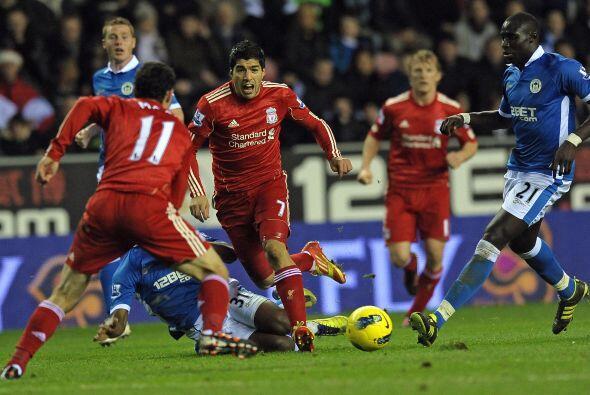 Pero la defensa del Wigan se esforzó por no permitirle gol ni al 'Coneji...