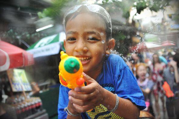 Unos usan pistolas de agua.