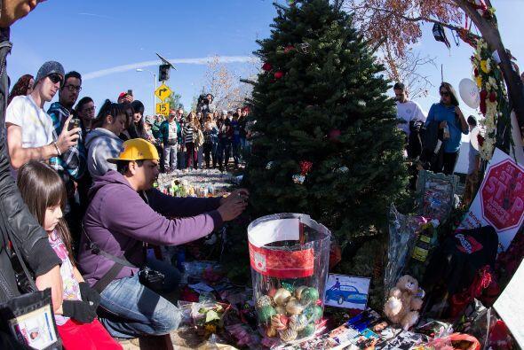Los fans han llevado cartas, flores, fotos, poemas, veladoras, juguetes...