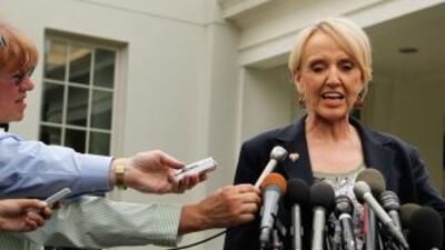 La gobernadora de Arizona, Jane Brewer, respondió a dos preguntas de usu...