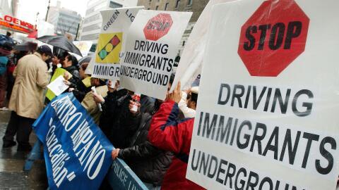 Indocumentados durante una marcha para pedir que les otorguen licencias...