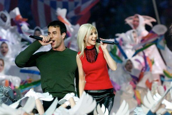 En este medio tiempo, Christina Aguilera y Enrique Iglesias cautivaron a...