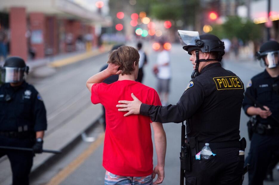 Policías escoltan a un joven perseguido por contrarios a Trump en San José