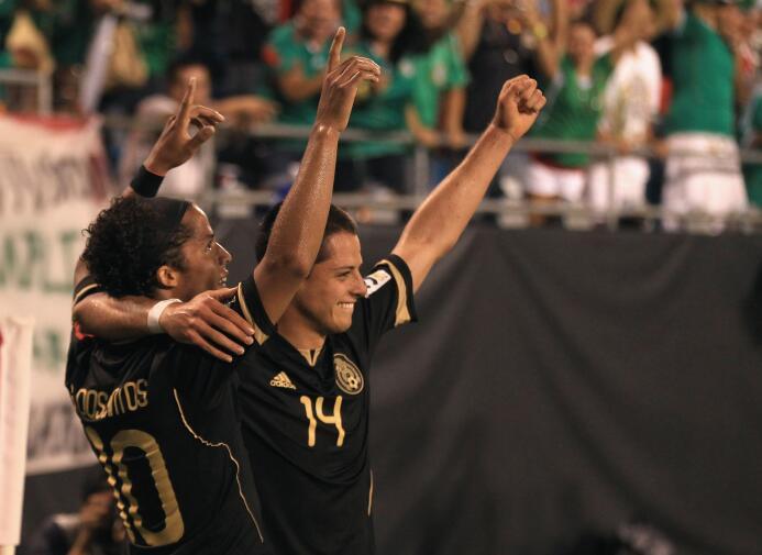 """Giovani dos Santos y Javier """"Chicharito"""" Hernández celebran un gol"""