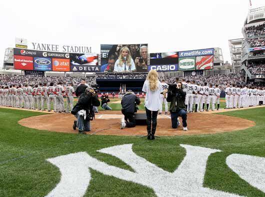 Kristin Chenoweth, estrella de Broadway, interpretó el himno nacional.