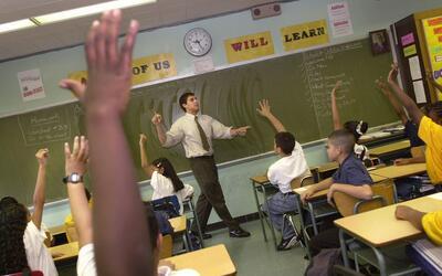 Un profesor haciendo clases en una escuela del Bronx, en Nueva York.