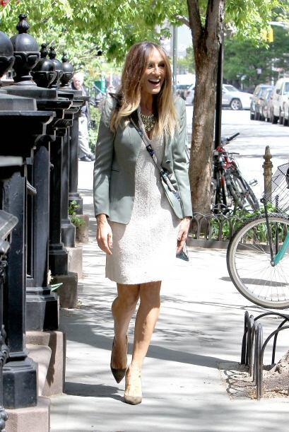 También puedes optar por un vestido a la rodilla como Sarah Jessica Park...