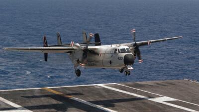 Un avión militar C-2, similar al que cayó al Pacífi...