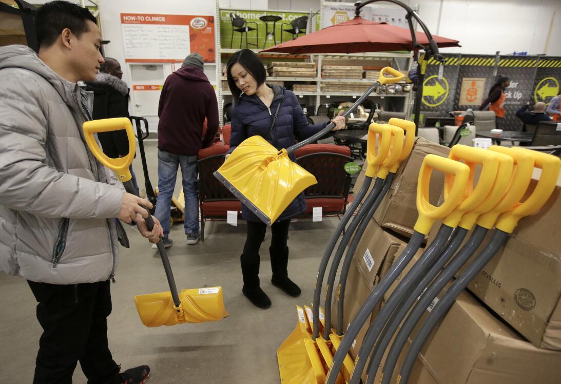 Algunos salieron a comprar palas en previsión de la fuerte tormenta de n...