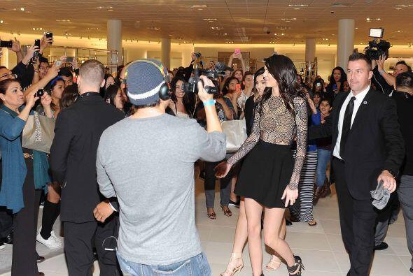 Kendall y Kylie Jenner literalmente le salieron al paso a sus famosas he...