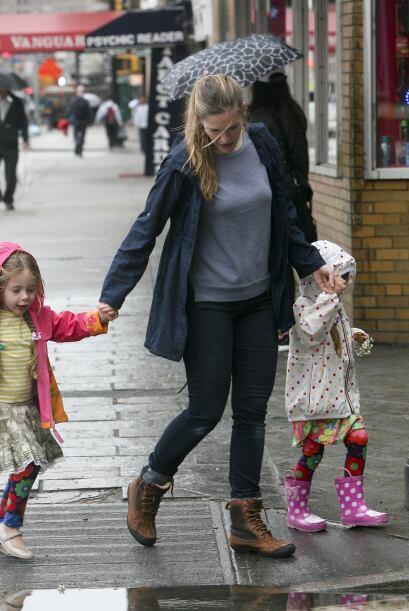 Sarah hace algunas labores como llevar a sus hijas a la escuela o llevar...