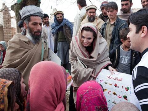 Angelina Jolie abrió una escuela para niñas en Afganist&aa...