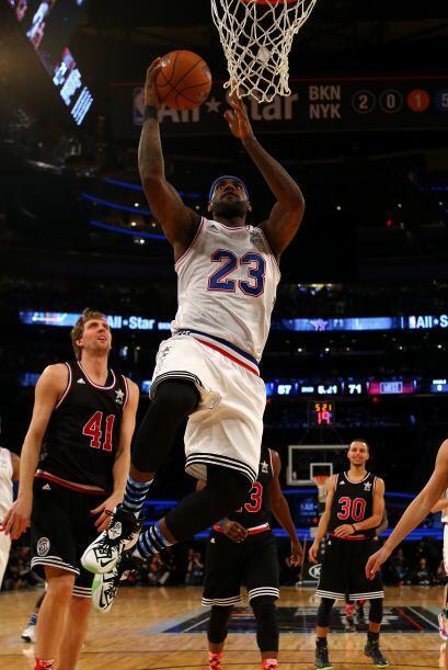 Al comienzo del 4to cuarto el juego está empatado a 122, Westbrook tien...
