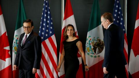 Los ministros Ildefonso Guajardo (México), Chrystia Freeland (Canadá) y...