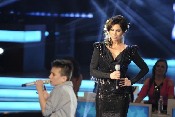 Toñito fue el primero en compartir el escenario con la guapa jueza.