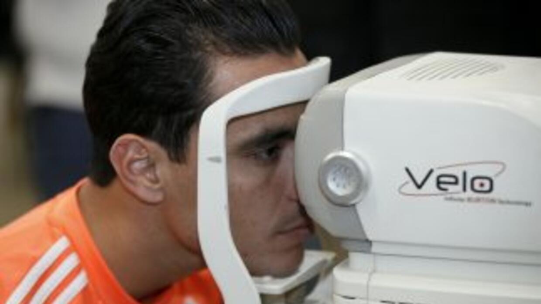 Omar Bravo haciéndose las pruebas médicas.