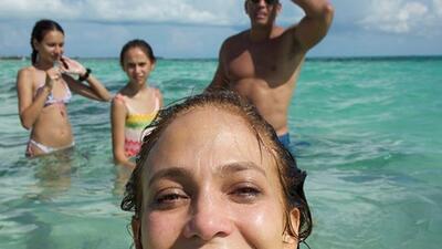 En bikini y con botella en mano: mira cómo festeja JLo su cumpleaños