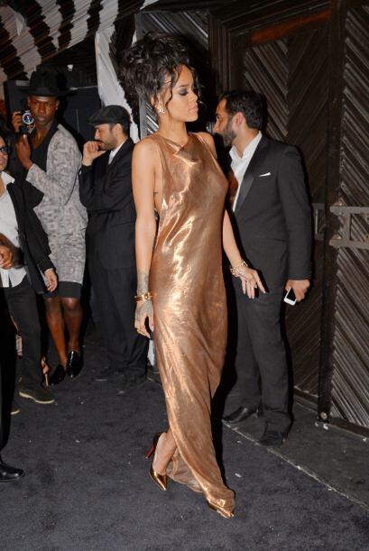 Rihanna decidió dejar su hermoso vestido blanco para lucir en un...
