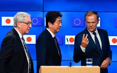 El primer ministro de Japón, Shinzo Abe (centro), con los m&aacut...