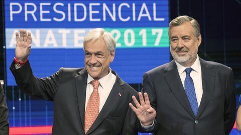 Los candidatos presidenciales Sebastián Piñera (a la izqui...