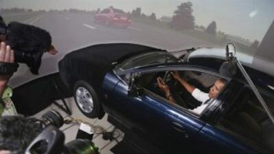 Obama mientras conduce un simulador de automóvil.