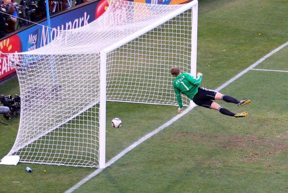 El balón ingresó claramente, pero los alemanes repusieron...