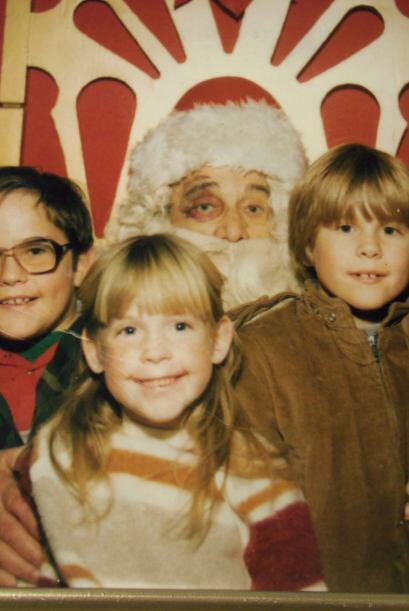 Por lo visto en este retrato navideño, Papá Noel tuvo un altercado y no...