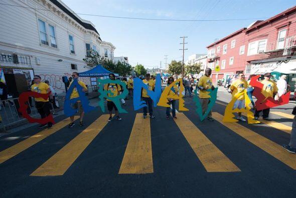 Cientos de latinos salieron a las calles de San Francisco para festejar...