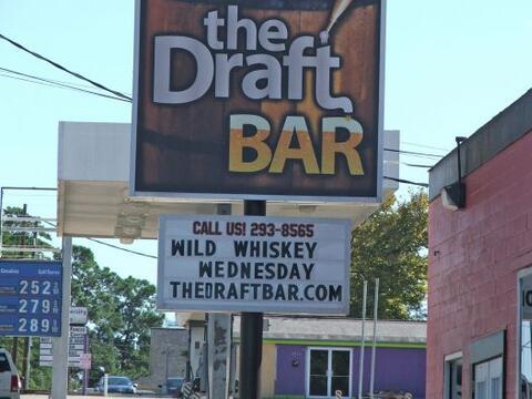 """Un establecimiento conocido como """"The Draft Bar"""" en Huntsville..."""