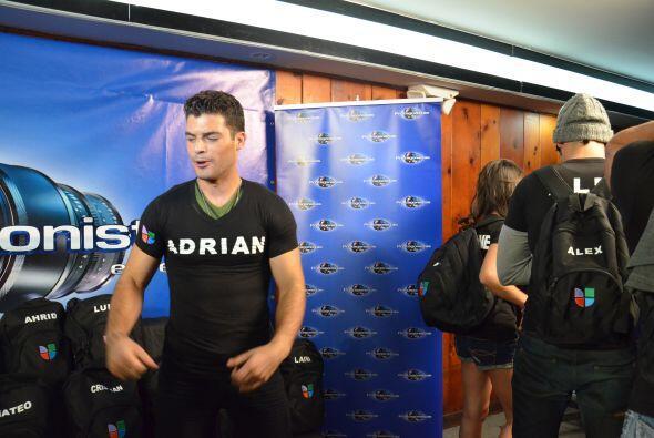 Adrián estaba preparado para actuar y enamorar al público.