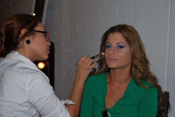 Cada una de las finalistas pasó a que les aplicaran maquillaje congelado.