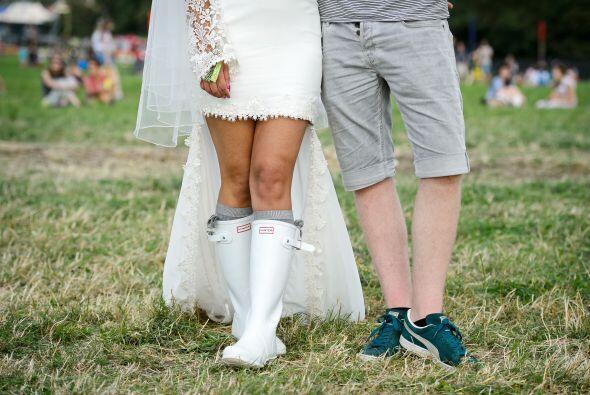 Esta pareja de jóvenes decidió organizar su enlace con la moda del tradi...