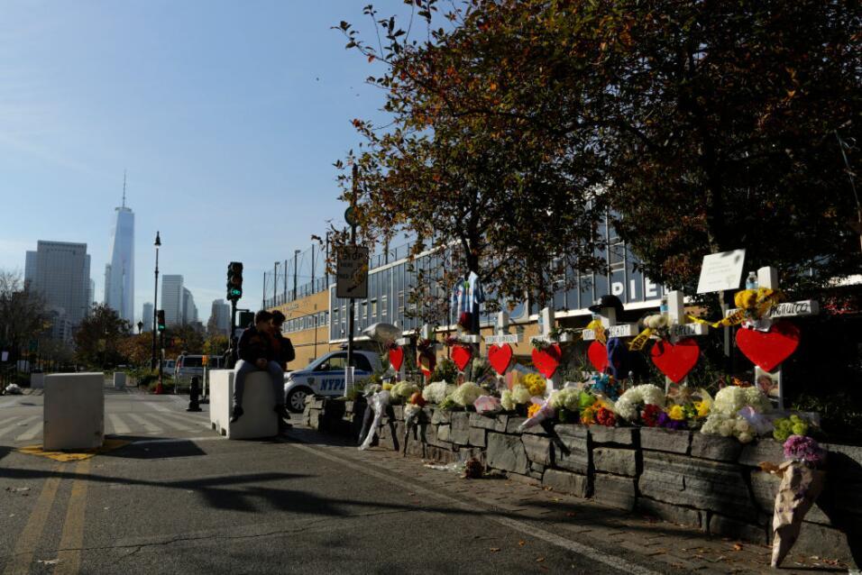 Así luce este viernes un memorial improvisado para las víctimas: cruces,...