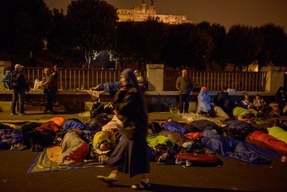 Miles de peregrinos durmieron en las calles para estar presentes en la c...