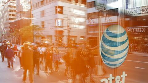 La empresa AT&T intenta adquirir a Time Warner por miles de millones...