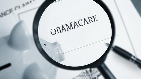 Cuando el presidente Obama firmó la ley de salud asequible a prin...
